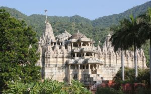800px-Chaumukha_Jain_temple_at_Ranakpur_in_Aravalli_range_near_Udaipur_Rajasthan_India